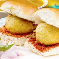 Vada Pav With Fried Mirch